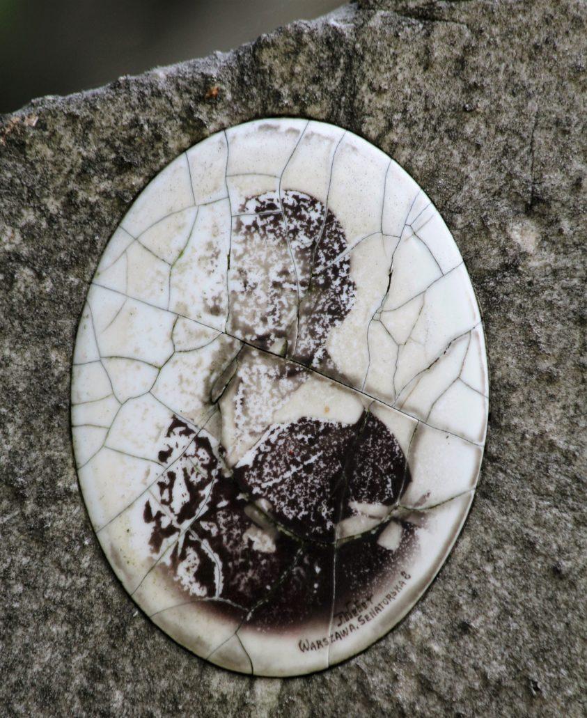 Warszawa, Cmentarz Bródnowski. Zniszczona przez czas fotografia porcelanowa z zakładu Webera przy Senatorskiej. Fot. Jerzy S. Majewski