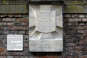 01-warszawa-ul-barska-tablica-na-murze-antonina-upamietniajaca-egzekucje-publiczna-w-lutym-1944-fot-jerzy-s-majewski