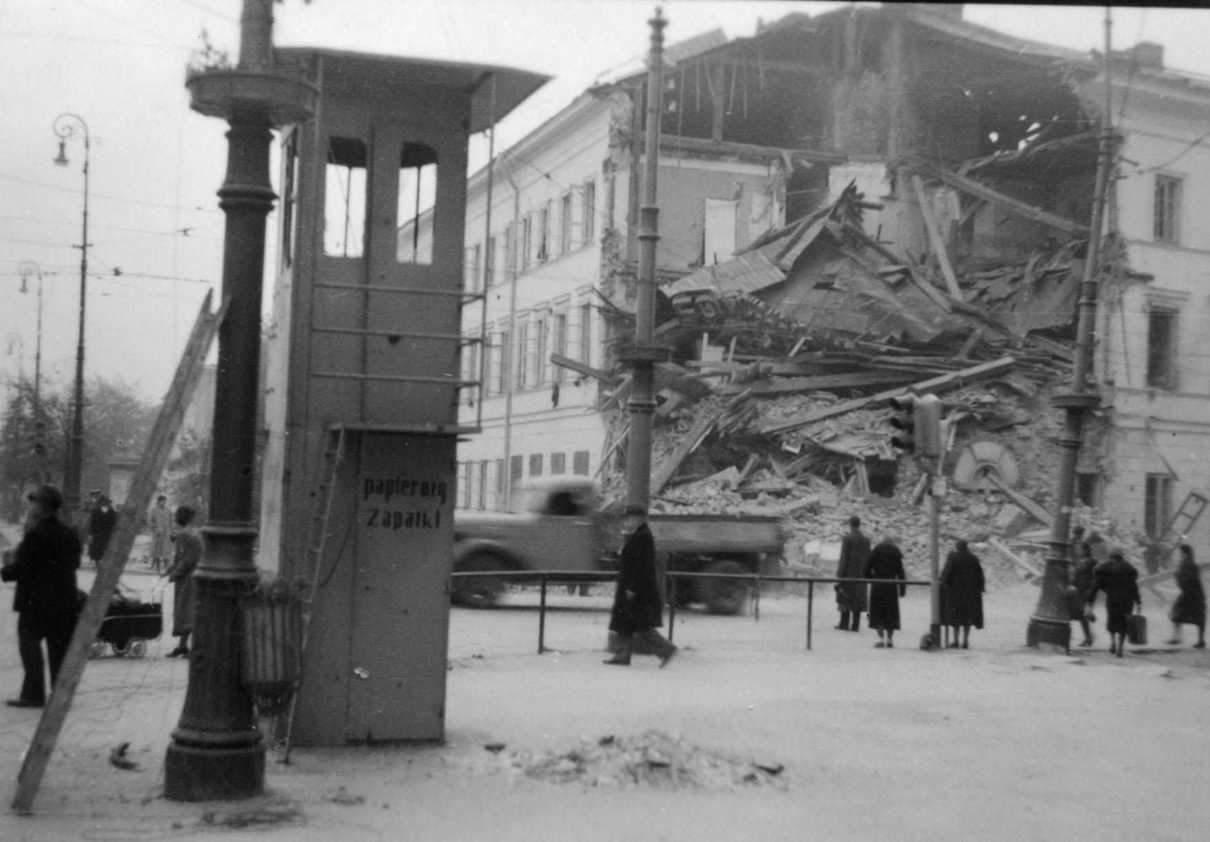 01-zniszczona-kamienica-u-zbiegu-nowego-swiatu-i-al-3-maja-pozytyw-w-zbiorach-muzeum-powstania-warszawskiego