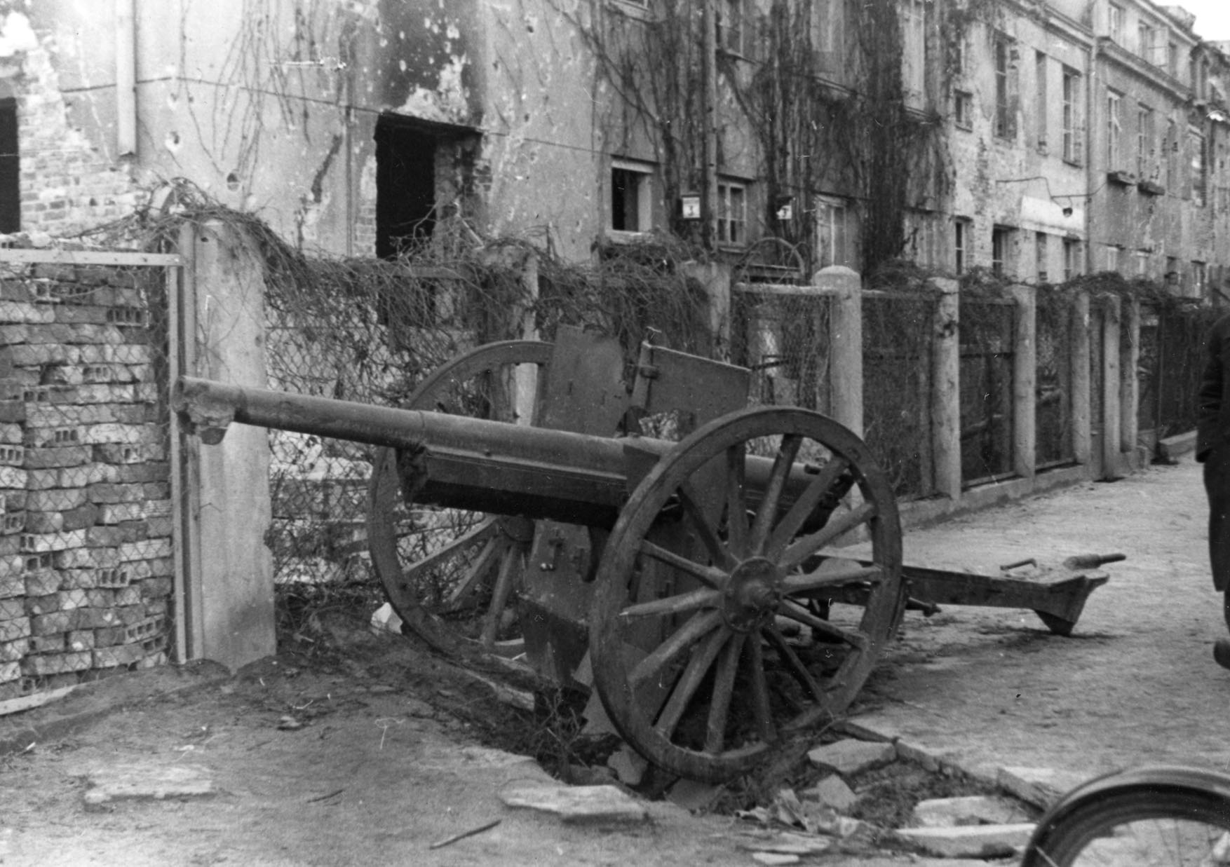 Warszawa. Armata porzucona przed domem przy Francuskiej 3 po kapitulacji Warszawy we wrześniu 1939 r. Fotografia ze zbioru MPW