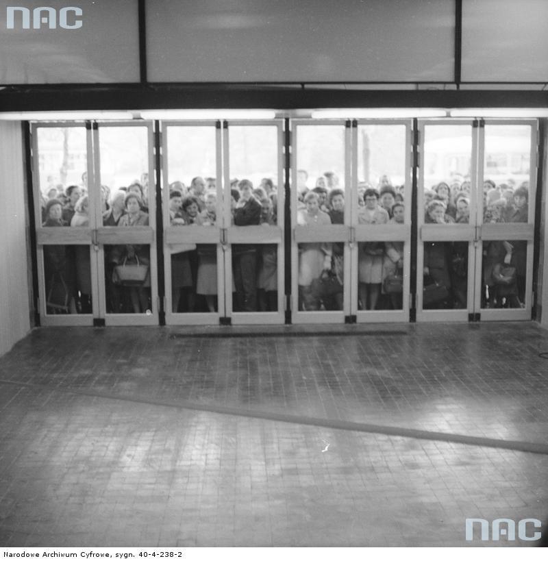 """Tłum oczekujący na otwarcie SDH """"Sezam"""" w 1969 r. Zdjęcie Grażyny Rutowskiej. Zbiory Narodowego Archiwum Cyfrowego"""