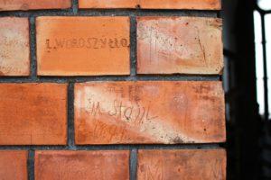 02-warszawa-kosciol-sw-augustyna-podpisy-umieszczone-przez-wandali-na-elewacji-wiezy-fot-jerzy-s-majewski