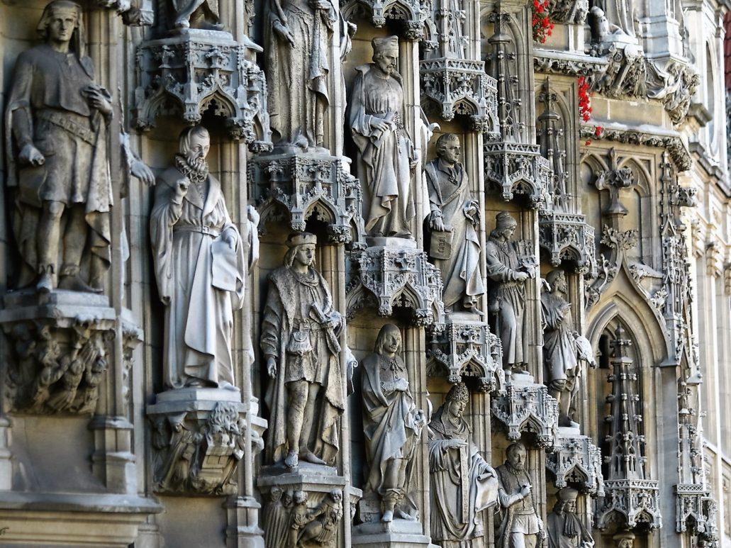Leuven. Tłum historycznych postaci wypełniający fasadę ratusza. Fot. Jerzy S. Majewski