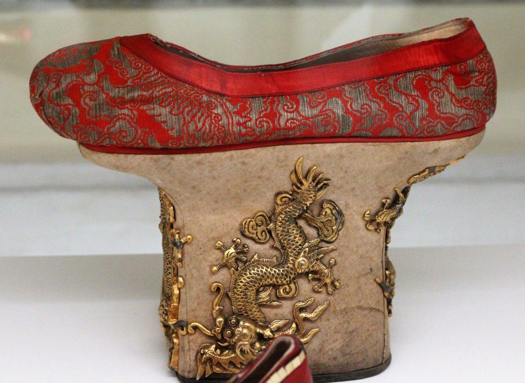 Vittorio Nino Novarese. Zaskakujący projekt chińskich butów do filmu Kleopatra z 1963 r. Fot. Jerzy S. Majewski