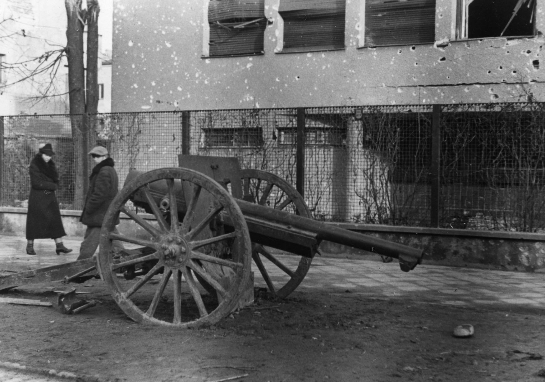 Warszawa. Armata przed willą Łepkowkich przy Francuskiej 2, po kapitulacji Warszawy w 1939 r. Fotografia. Ze zbioru MPW