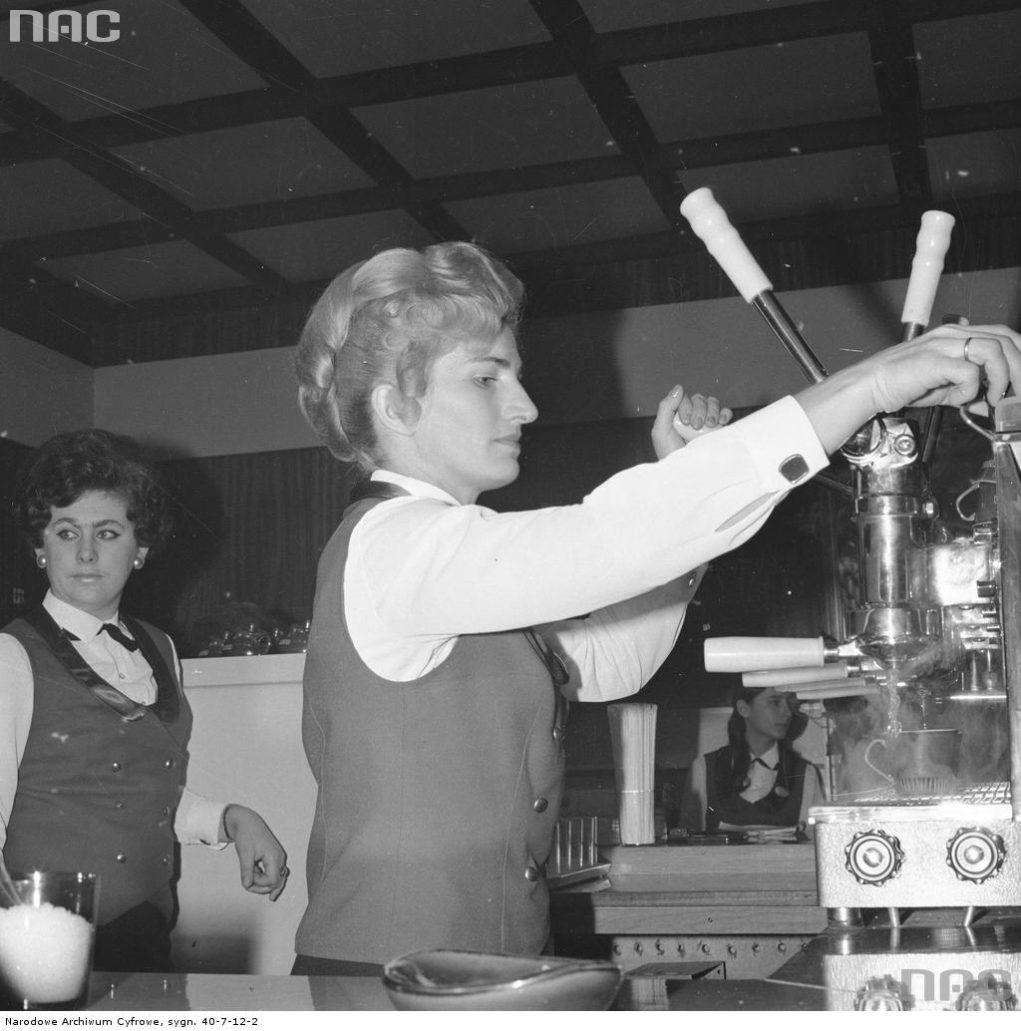 Barmanka przy ekspresie w barze Sezam. Fotografia Grażyny Rutowskiej powstała w listopadzie 1969 r., miesiąc po otwarciu budynku. Zbiory Narodowego Archiwum Cyfrowego
