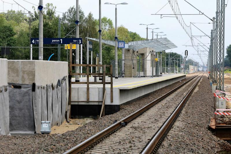 Kobyłka - Ossów. Nowy peron z budowaną wiatą. Fot. Jerzy S. Majewski