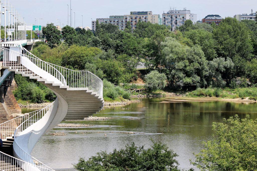 03-osiedle-praga-iii-ogladane-z-lewego-brzegu-wisly-niemal-znika-za-drzewami-z-lewej-spiralne-schody-mostu-gdanskiego-fot-jerzy-s-majewski