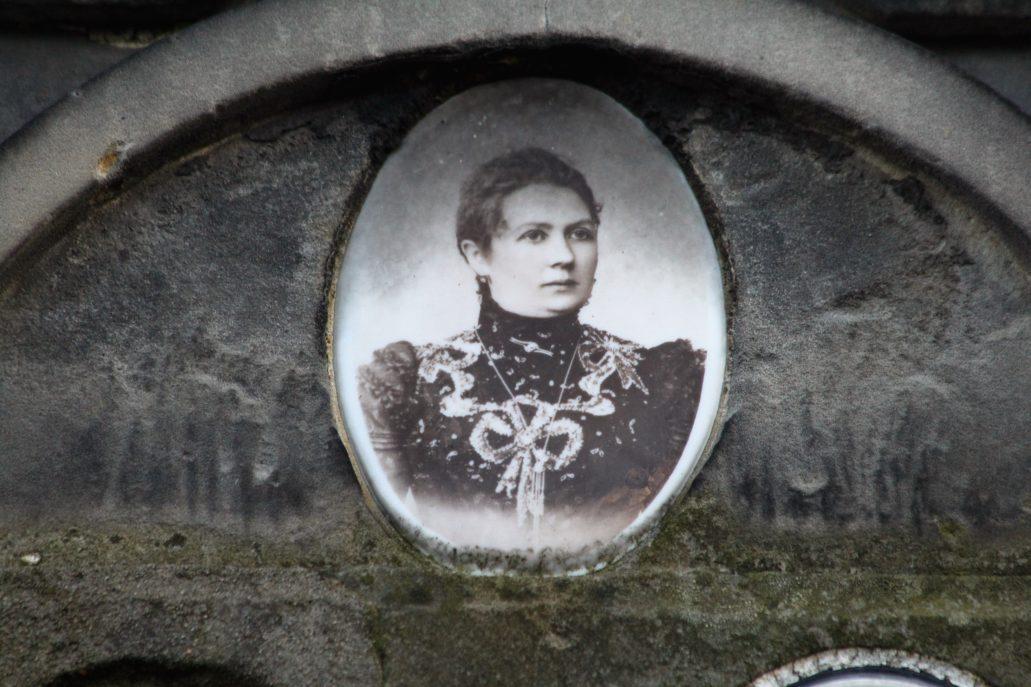 Warszawa. Cmentarz Bródnowski. Fotografia na porcelanie na nagrobku Anuszewskich. Fot. Jerzy S. Majewski