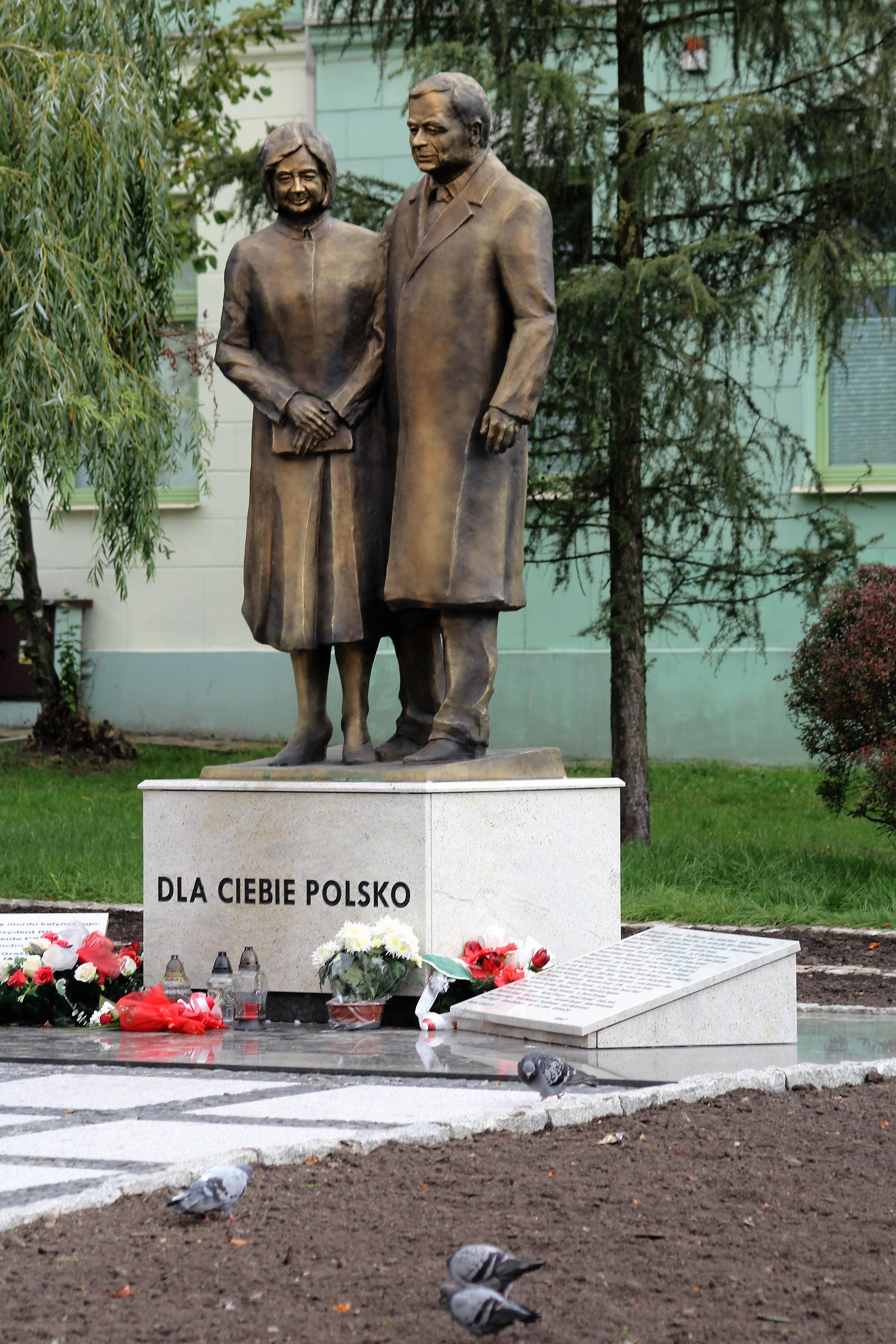 04-radom-pomnik-lecha-i-marii-kaczynskich-nieudana-praca-andrzeja-renesa-fot-jerzy-s-majewski