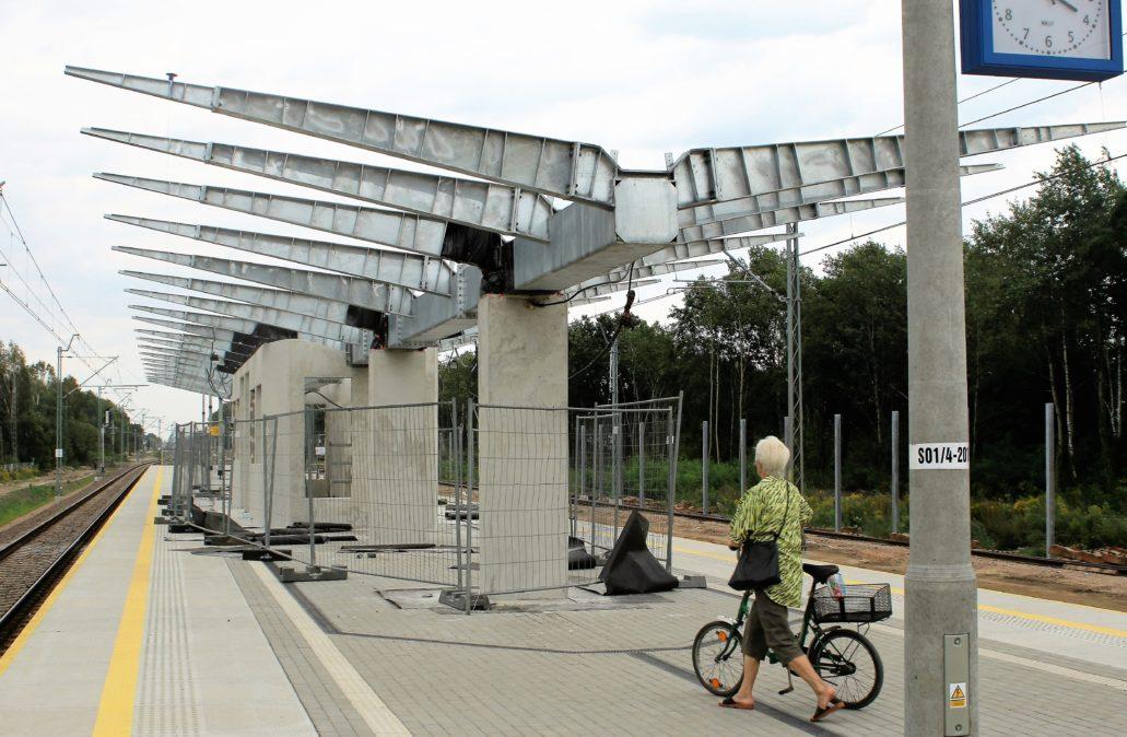 Wiata na peronie w Kobyłce - Ossowie. Fot. Jerzy S. Majewski