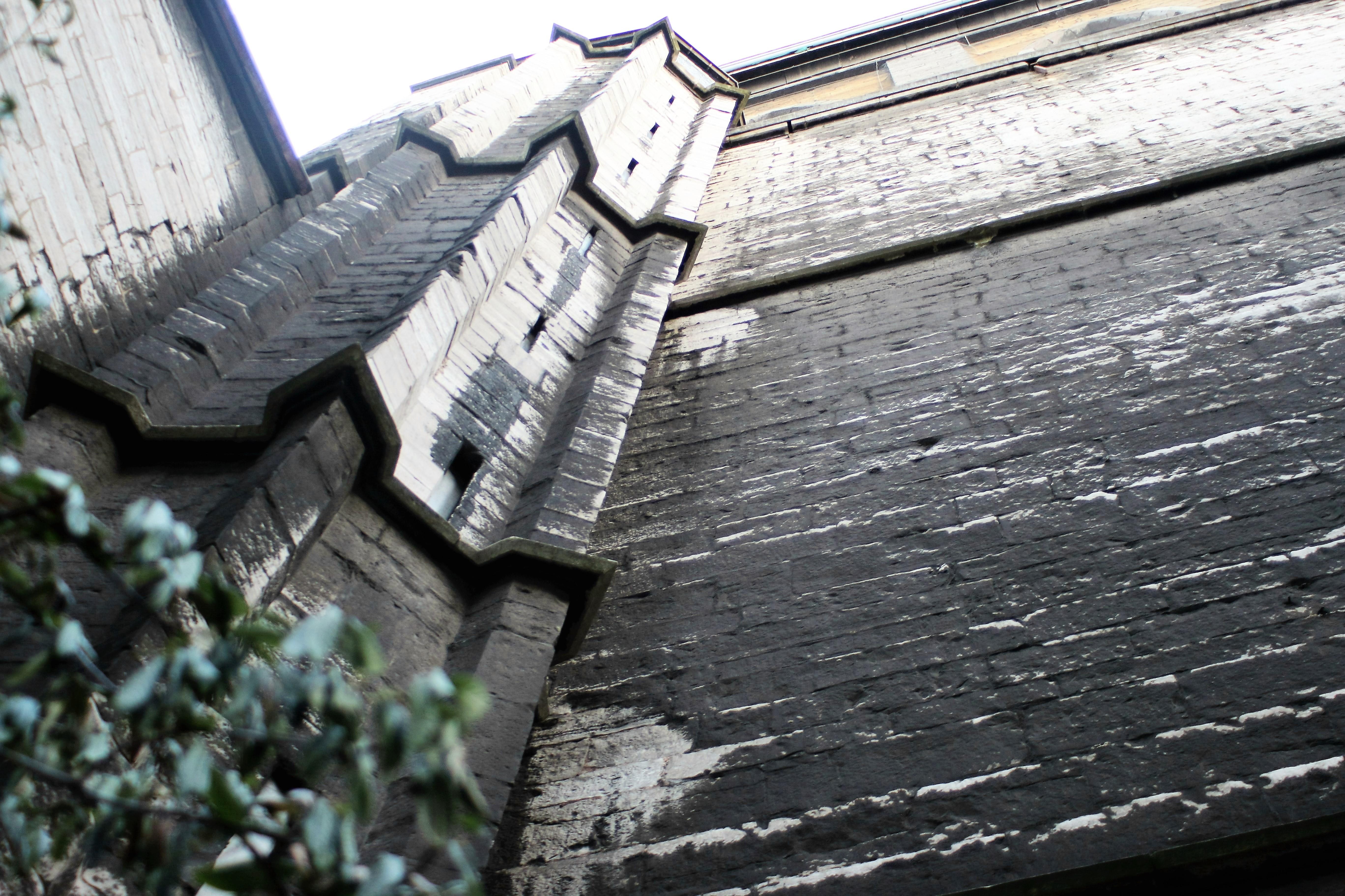 04-liege-ten-fragment-murow-katedry-widza-panowie-stojacy-przed-pisuarem-fot-jerzy-s-majewski