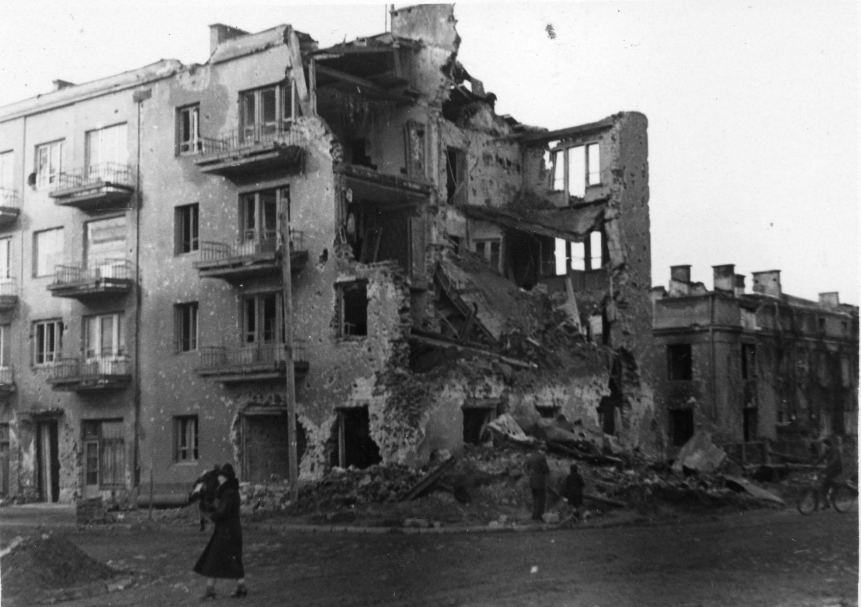Warszawa. Kamienica przy Francuskiej 1 późną jesienią 1939 r. Fot. ze zbiorów MPW