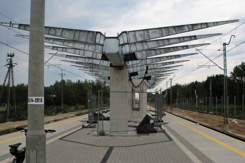 Konstrukcja wiaty na peronie w Kobyłce - Ossowie. Fot. Jerzy S. Majewski