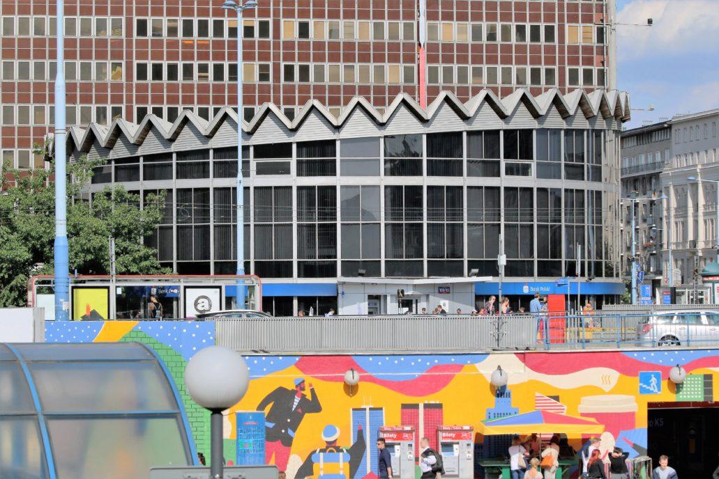 Warszawa. Rotunda PKO zwana czapką generalską. Powstała w latach 1960 - 66 wg projektu Jerzego Jakubowicza. Fot. Jerzy S. Majewski