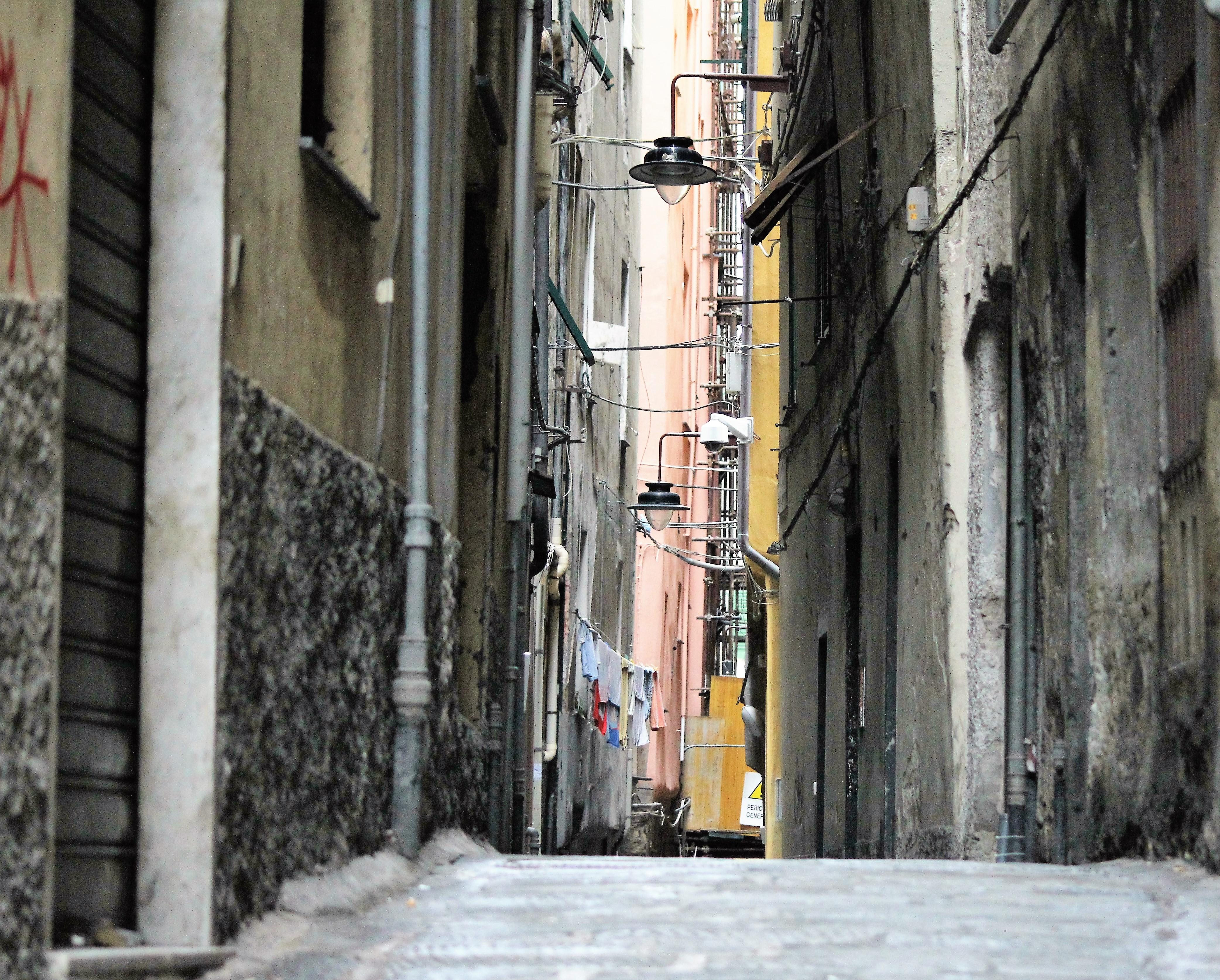 05-genua-vico-della-croce-bianca-na-srednioweiecznej-starowce-na-takich-uliczkach-latwo-zrozumiec-pojecie-mrokow-srednipwiecza