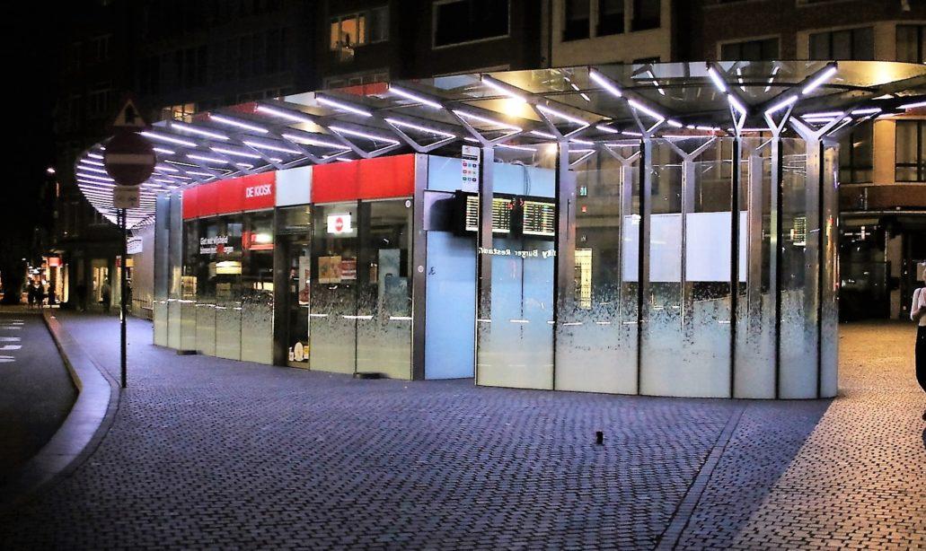 Leuven. Wiata przystanku z wbudowanym kioskiem i punktem informacji o odjazdach autobusów. Fot. Jerzy S. Majewski