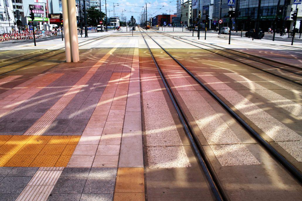 Łódź. Centrum przesiadkowe. Kolorowe cienie rzucane przez dach. Fot. Jerzy S. Majewski