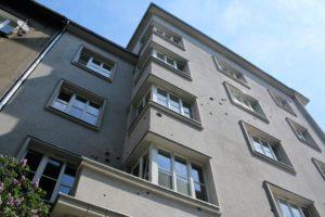 06-krakow-kamiencia-przy-krzywej-12-elewacja-od-strony-ulicy-krzywej-z-zachowanymi-sladami-po-pociskach