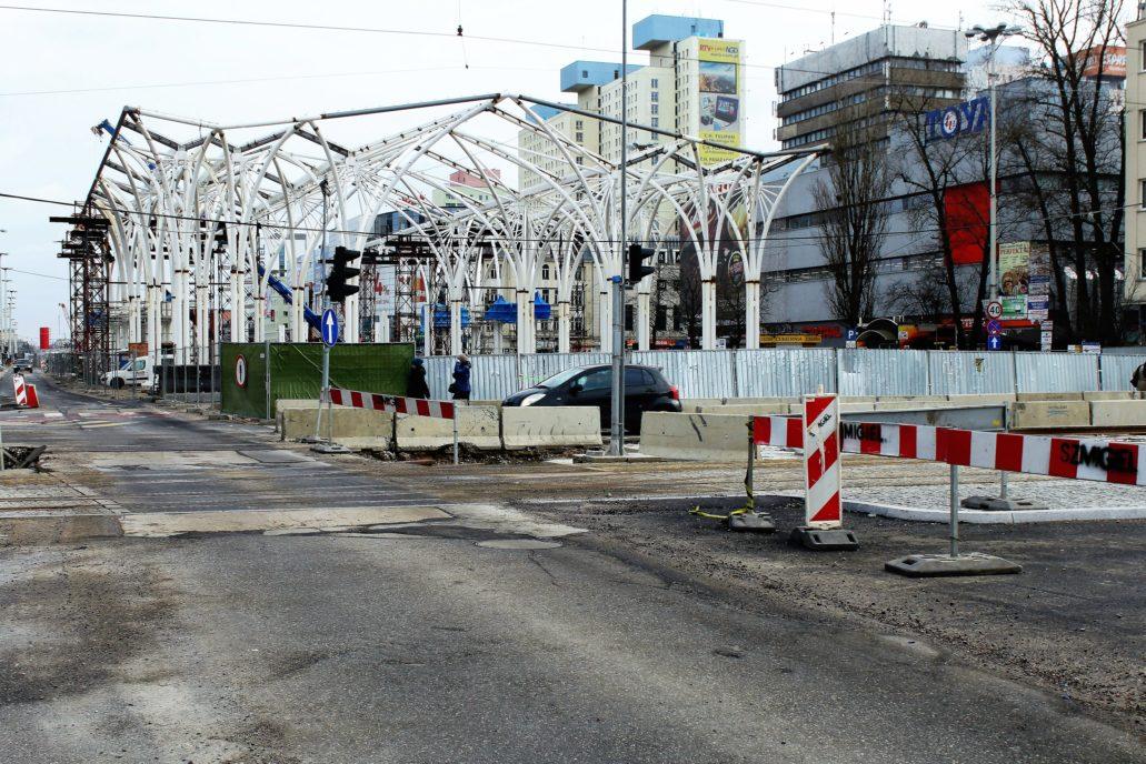 Łódź. Centrum przesiadkowe. Konstrukcja wiaty w trakcie montażu w styczniu 2015 r. Fot. Jerzy S. Majewski