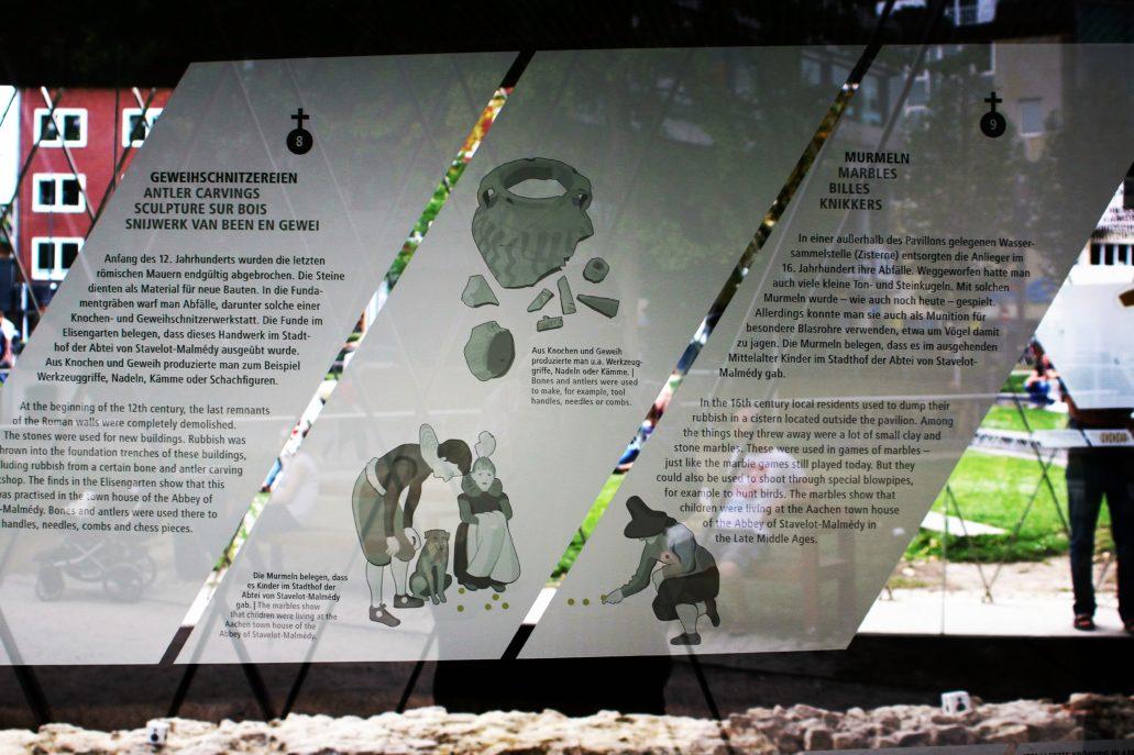 Akwizgran. Pawilon archeologiczny. Wewnętrzna, szklana ściana z nadrukowanymi informacjami o znalezisku. Fot. Jerzy S. Majewski