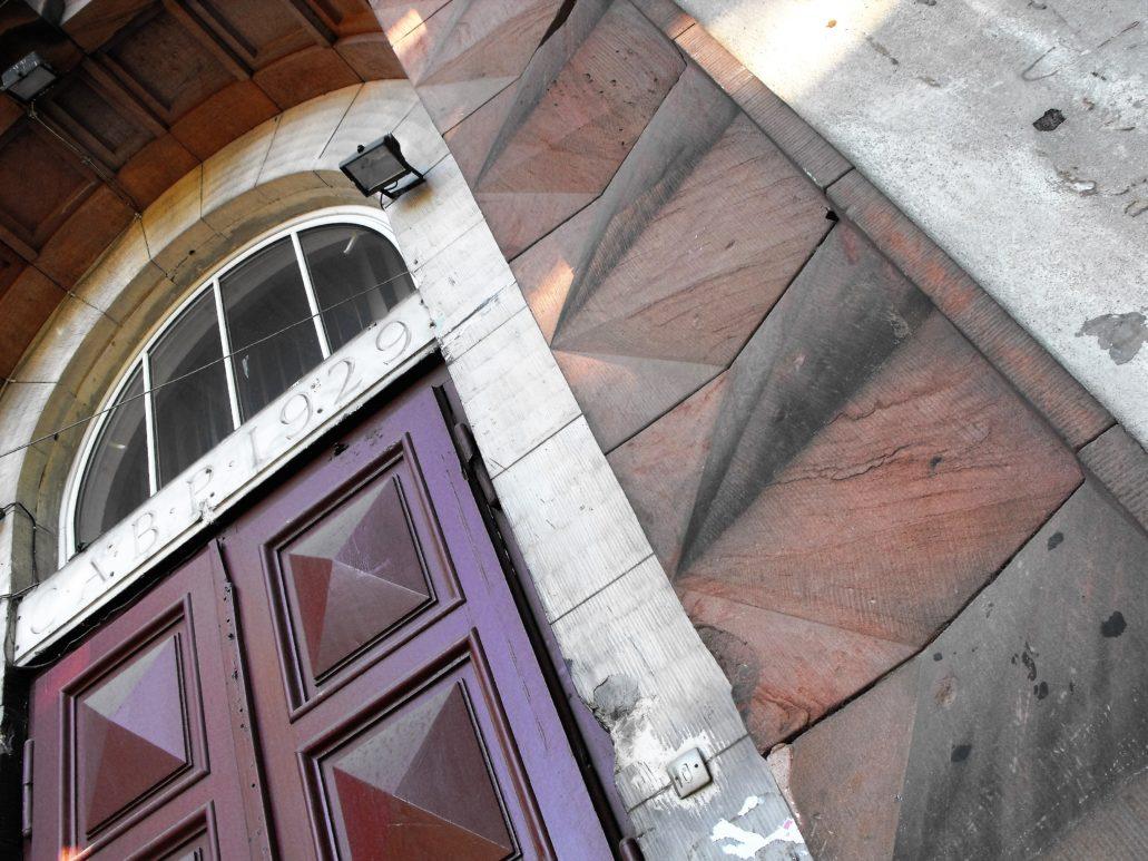 07-warszawa-plac-narutowicza-podziobany-pociskami-kamienny-portal-akademika-fot-jerzy-s-majewski