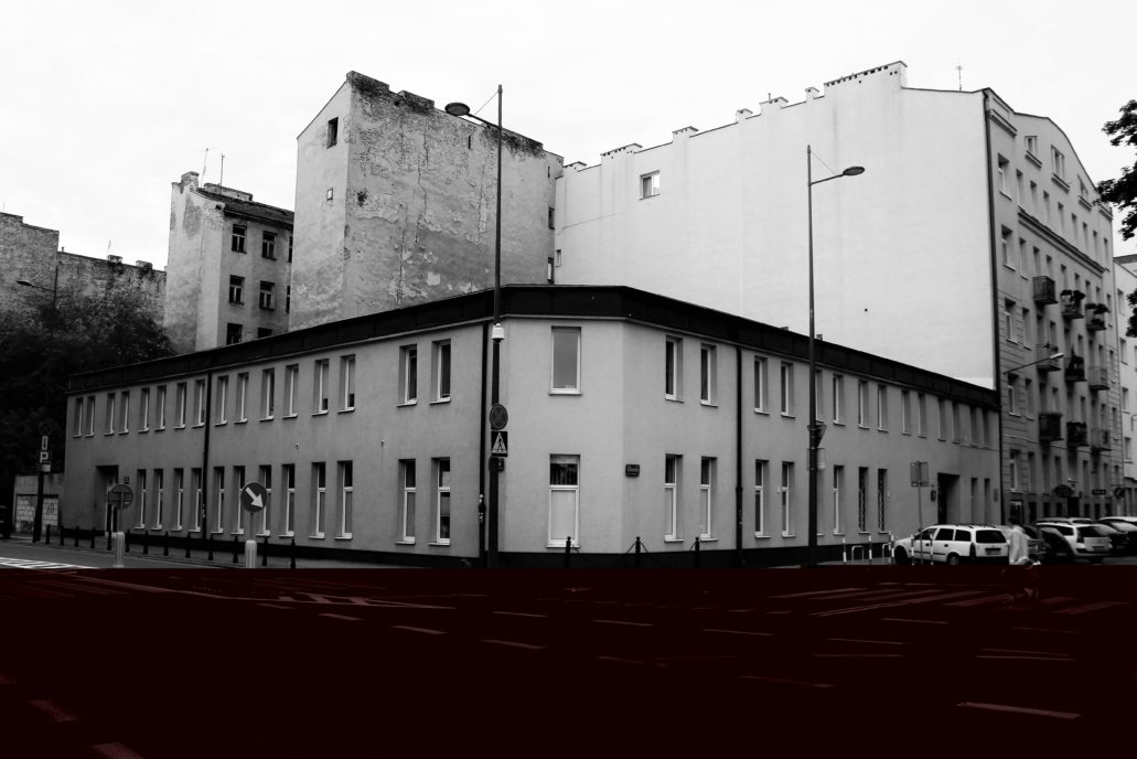 Chmielna 124. W tym niskim budynku znajdowała się pierwsza restauracja, do której zajrzał Alojzy Kowalski. Fot. Jerzy S. Majewski