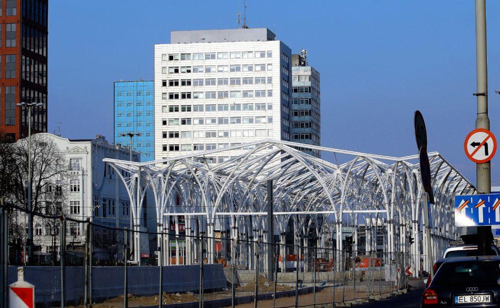 Łódź. Centrum przesiadkowe. Konstrukcja wiaty w trakcie montażu w kwietniu 2015 r. Fot. Jerzy S. Majewski
