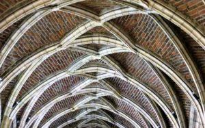08-liege-cathedrale-saint-paul-gotyckie-sklepienie-kruzganku-klasztornego-fot-jerzy-s-majewski