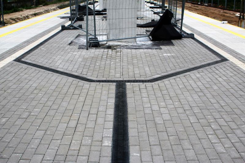 Układ kratek odwadniających na peronie w Kobyłce - Ossowie zdaje się powtarzać kształt poczekalni pod dawnymi wiatami. Fot. Jerzy S. Majewski