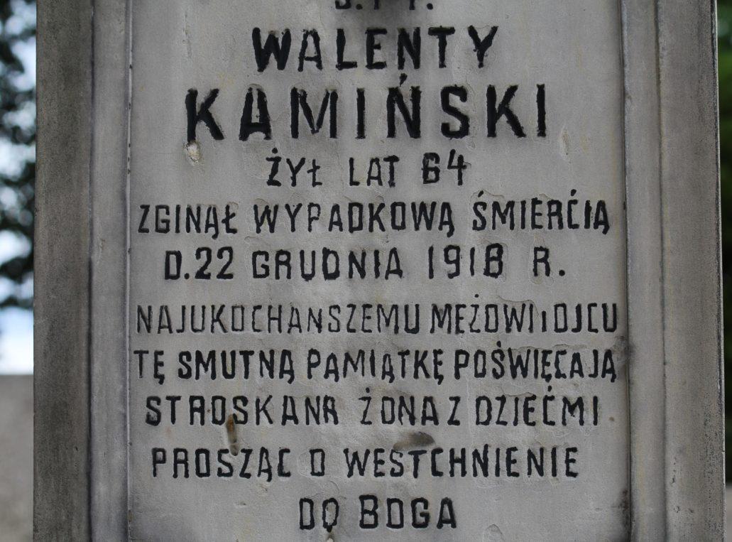 Warszawa. Cmentarz Bródnowski. Napis na nagrobku Walerego Kamińskiego z 1918 r. Fot. Jerzy S. Majewski