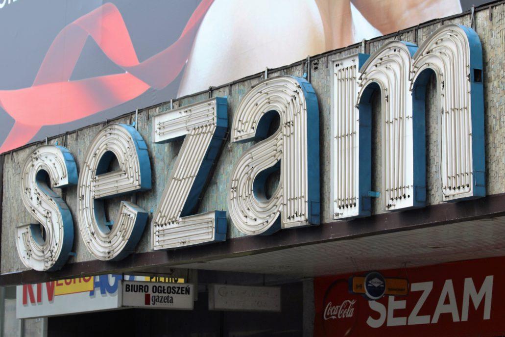 Warszawa. Neon z napisem Sezam, tuż przed rozbiórką budynku. W tle widoczna mozaika. Fot. Jerzy S. Majewski