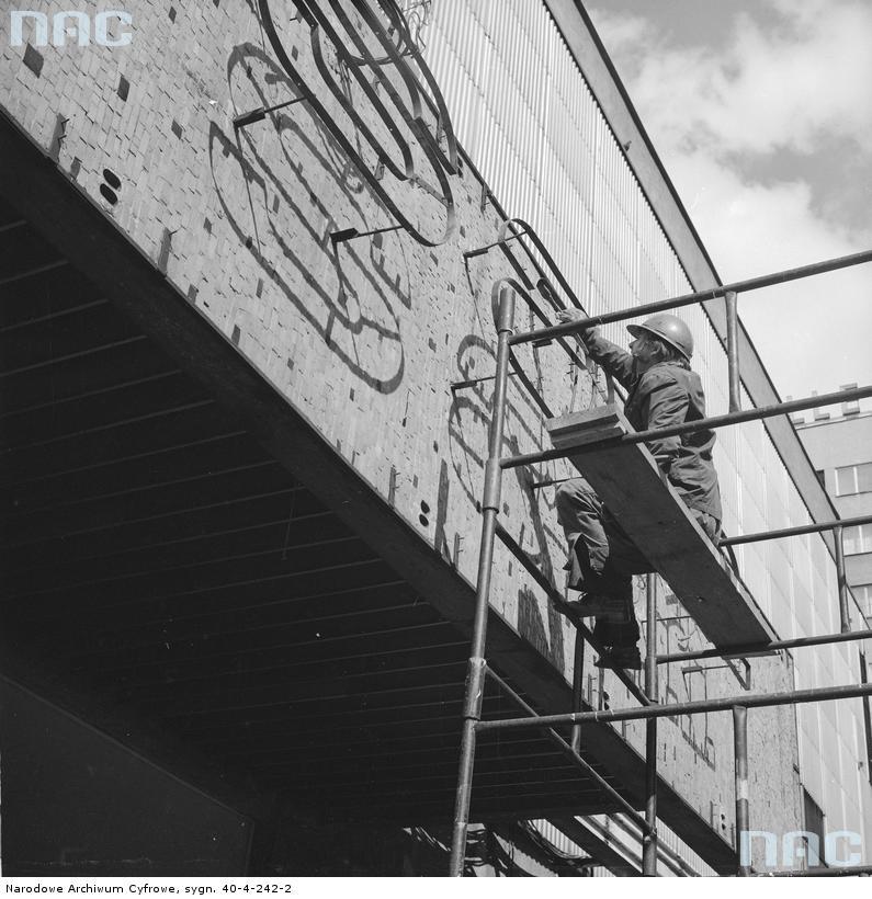 Warszawa. Montaż neonu na SDH Sezam w 1969 r. Fot. Grażyna Rutowska. Zbiory Narodowego Archiwum Cyfrowego