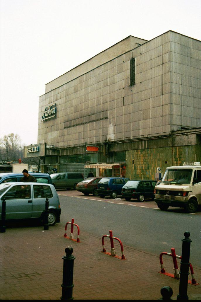 """Warszawa. Elewacja SDH """"Sezam"""" przed 2010 r. Aluminiowe blachy elewacyjne są szare od brudu. Poniżej widać mozaikę. Fot. Jerzy S. Majewski"""
