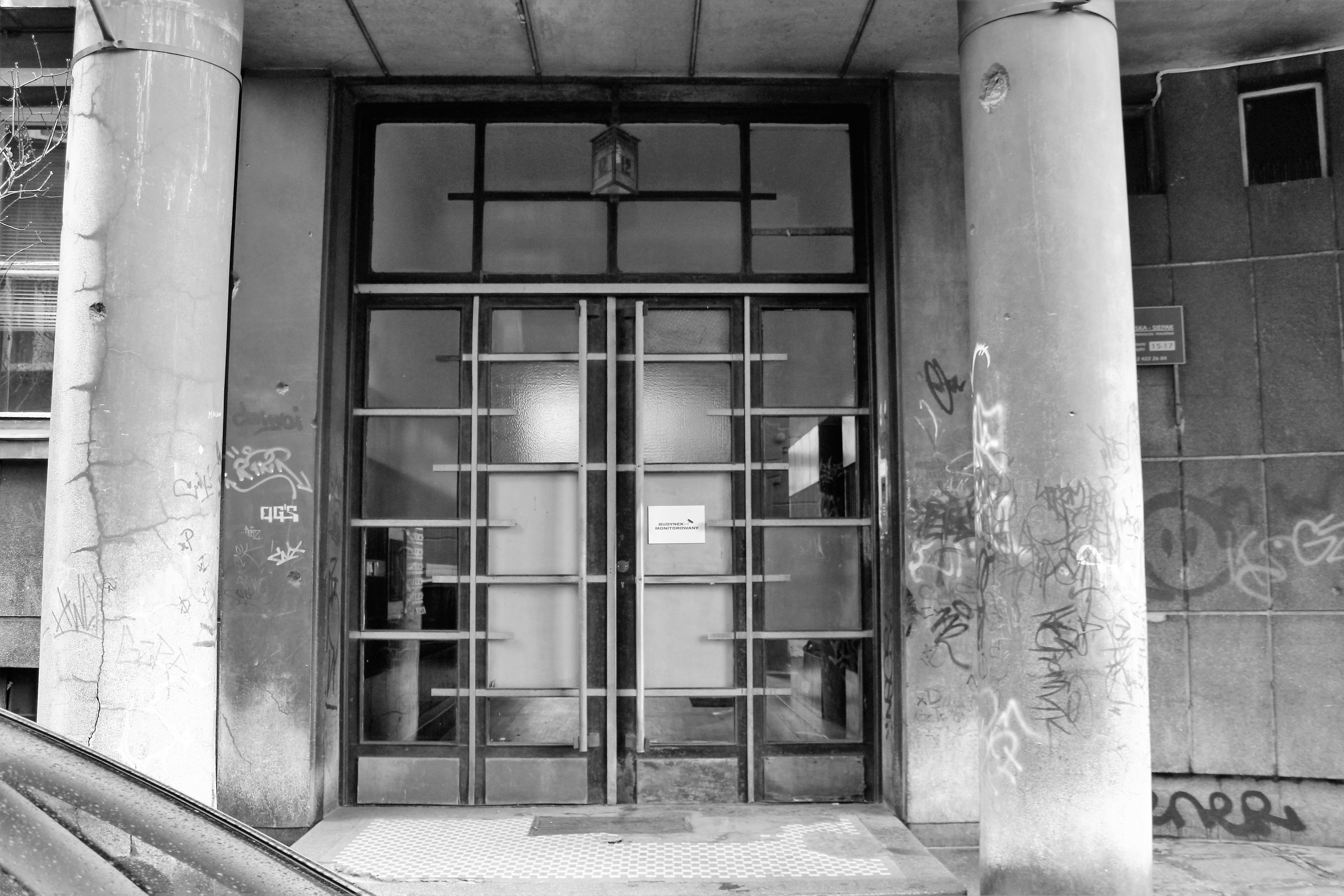 09-krakow-kamiencia-przy-krzywej-12-widok-bramy-wejsciowej-do-budynu-przed-remontem