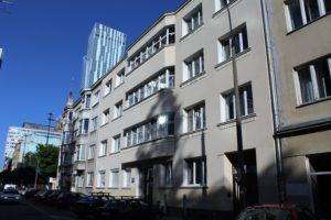 Warszawa, Ulica Sienna. Patrząc od prawej kamienice 59 (fragment), 57 i dalej 55. Dom własny Gelbarda to budynek z szerokim wykuszem pod nr 57. Fot. Jerzy S. Majewski