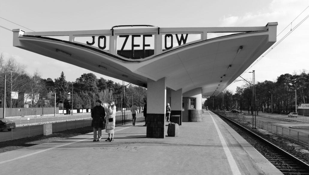 Przystanek w Józefowie na linii otwockiej ma wiatę z poczekalnią najlepiej utrzymaną spośród wszystkich tego rodzaju wiat wokół Warszawy. Dzięki społecznikom jest ona wpisana do rejestru zabytków. Fot. Jerzy S. Majewski