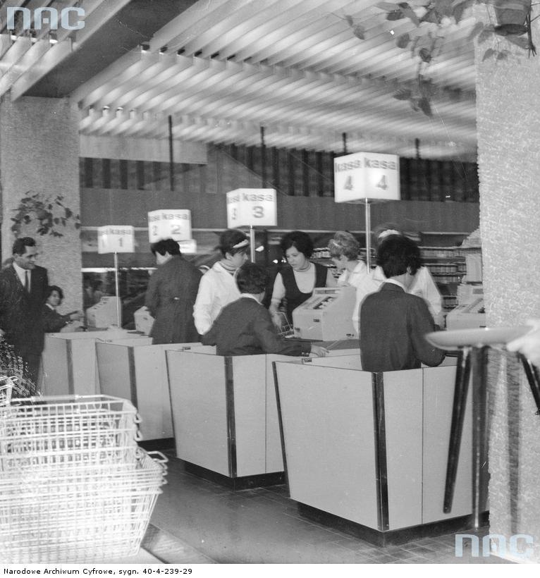 """SDH """"Sezam"""". Kasy w samie na parterze w 1969 r. Zdjęcia Grażyna Rutowska. Zbiory Narodowego Archiwum Cyfrowego"""
