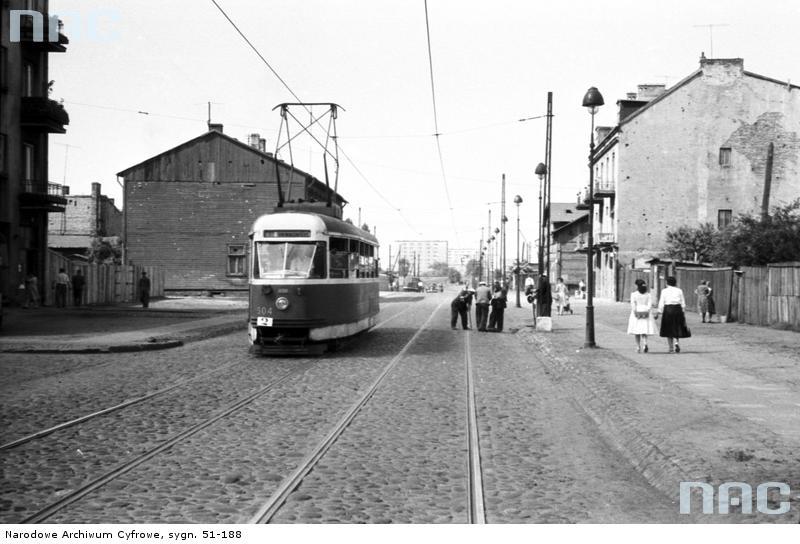 Jednowagonowy tramwaj 13N na ulicy św. Wincentego w początku lat 60. Zbiory Narodowego Archiwum Cyfrowego