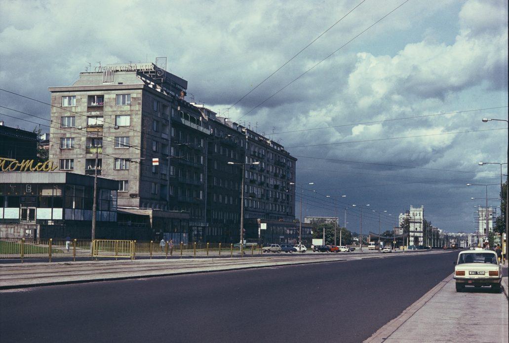 Aleje Jerozollimskie na zdjęciu z końca lat 80. W trakcie kręcenia Gangsterów i filantropów miejsce to wyglądało podobnie. Z lewej widoczna restauracja Gastronomia. Fot. Jerzy S. Majewski
