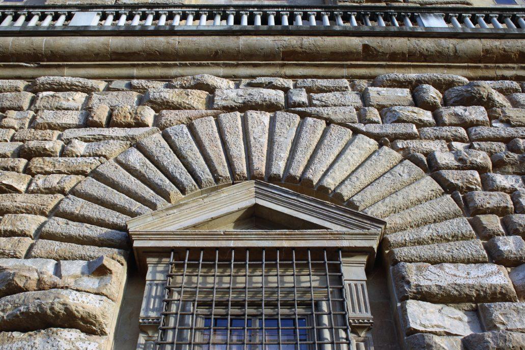 Florencja. Klińce ponad oknem w fasadzie Palazzo Pitti. Fot. Jerzy S. Majewski