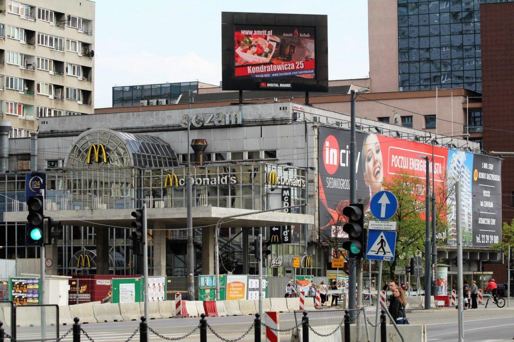 """""""Sezam"""" w ostatnich latach istnienia zamienił się w wieszak na reklamy, które zupełnie zniszczyły jego architekturę. Fot. Jerzy S. Majewski 2014"""