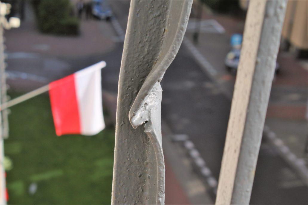 11-warszawa-kaliska-1-slad-po-kuli-na-balustradzie-balkonu-drugiego-pietra-dawnego-domu-monopolu-tytoniowego-fot-jerzy-s-majewski