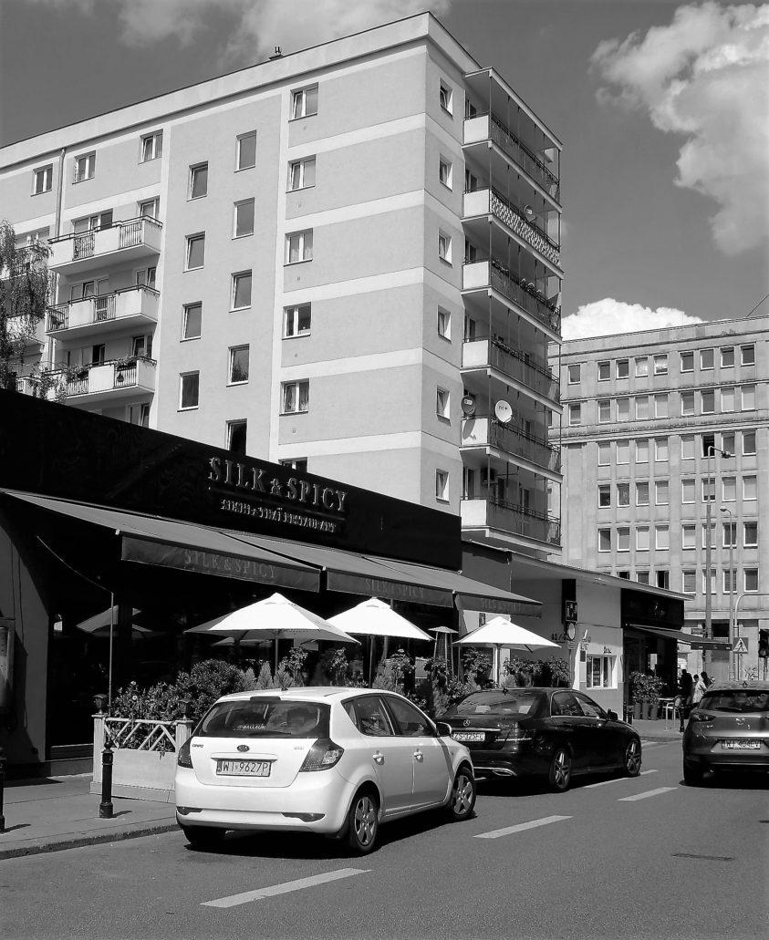 Blok przy Żurawiej 16. Jeszcze kilka lat temu mieścił się tu sklep Jablonexu. Dziś to restauracja Silk & Spicy. Fot. Jerzy S. Majewski