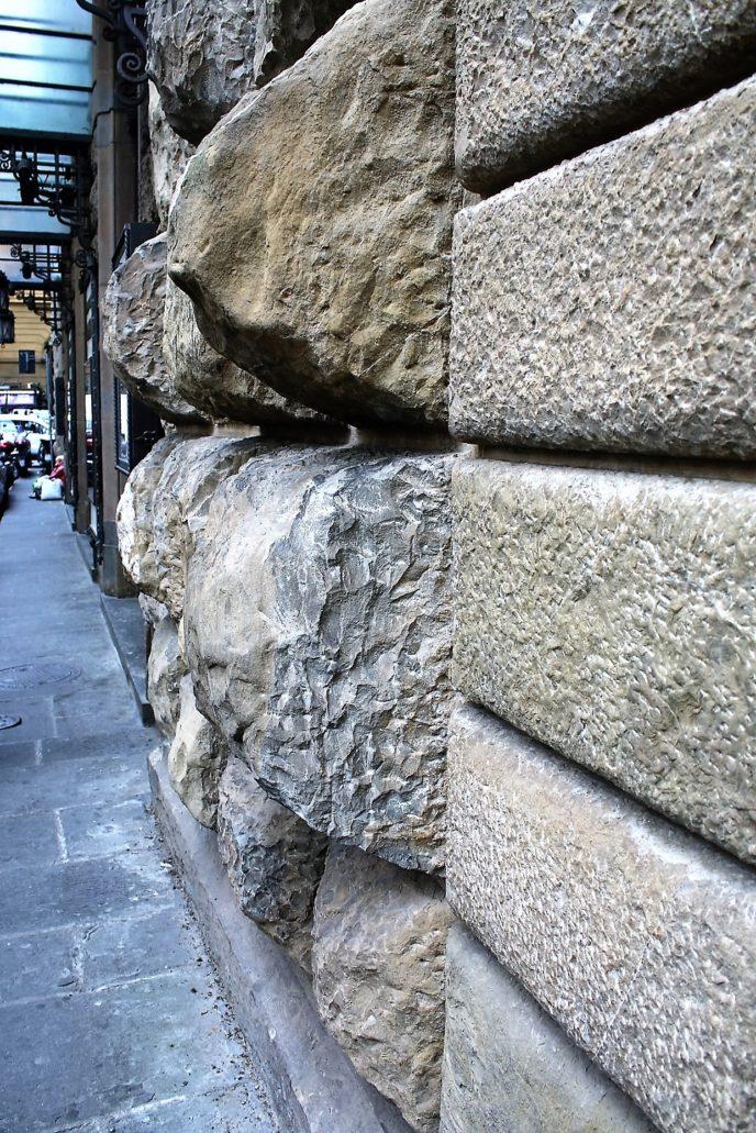 Florencja. Palazzo Strozzi. Fragment rustyki w przyziemiu pałacu. Tworzą ją ogromne ciosy kamienne. Fot. Jerzy S. Majewski