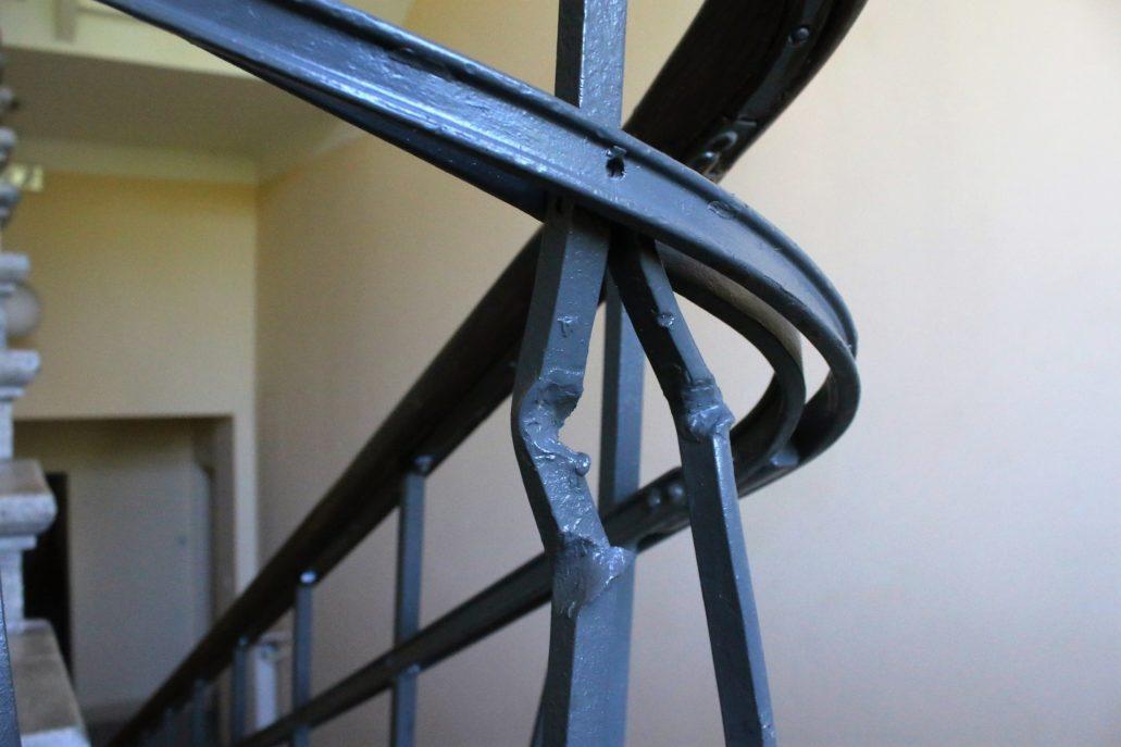 12-warszawa-kaliska-1-slad-uderzenia-pocisku-na-metalowej-balustradzie-klatki-schodowej-fot-jerzy-s-majewski