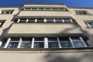 12-warszawa-sienna-57-szeroki-srodkowy-wykusz-kamienicy-z-chrakterystycznymi-waleczkami-pod-parapetem-okna-fot-jerzy-s-majewski