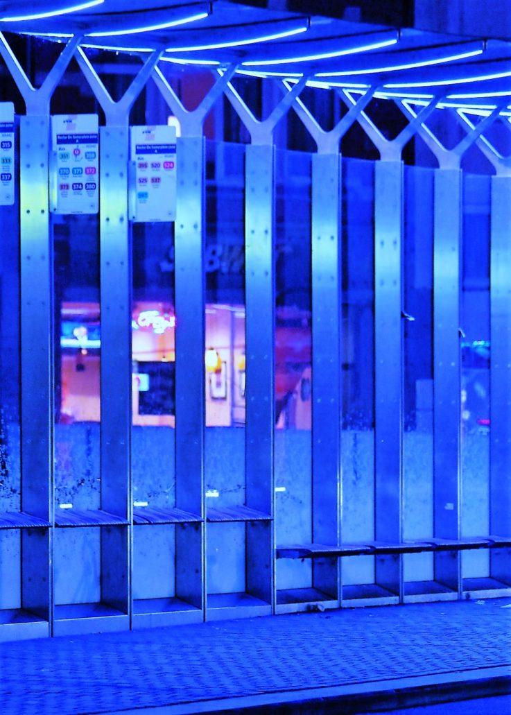 Leuven. Podziemny parking rowerowy pod wiatą autobusową. Zdjęcie wykonałem późnym wieczorem, gdy parking był pusty. Fot. Jerzy S. Majewski