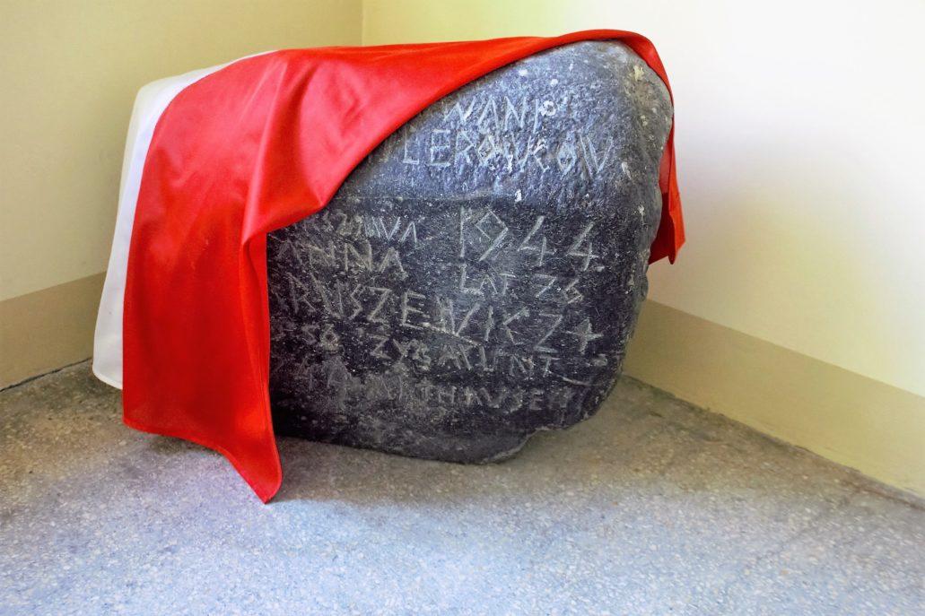13-warszawa-kaliska-1-kamien-pamiatkowy-na-klatce-schodowej-fot-jerzy-s-majewski