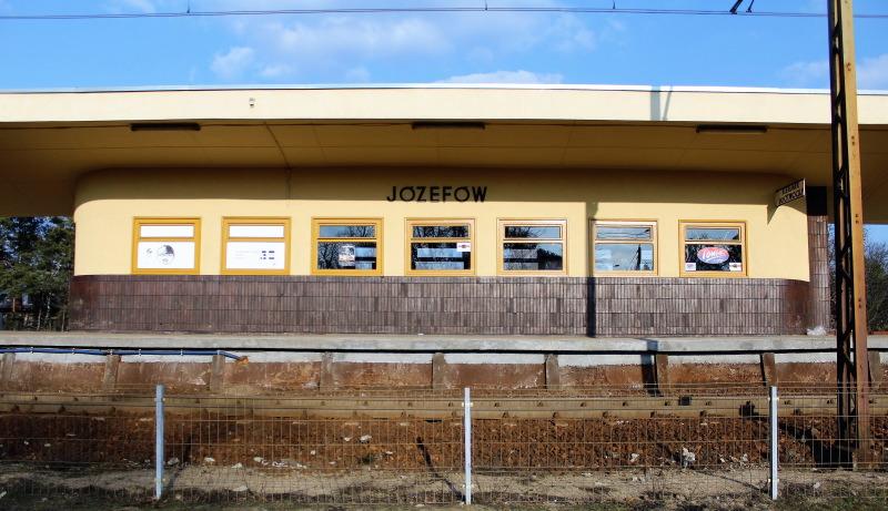 Józefów. Poczekalnia pod wiatą na przystanku kolejowym. Fot. Jerzy S. Majewski
